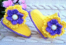 Çiçek motifli boncuklu bebek patiği