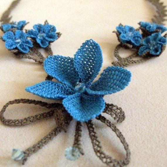 Mavi çiçekli bağcıklı bayan iğne oyası takı modeli